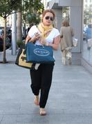 http://img177.imagevenue.com/loc525/th_028390314_Hilary_Duff_Shopping_in_Beverly_Hills29_122_525lo.jpg