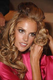 th_97303_fashiongallery_VSShow08_Backstage_AlessandraAmbrosio-44_122_585lo.jpg
